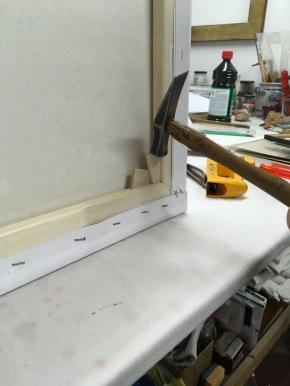 Holzkeile klopfen zum Bild spannen